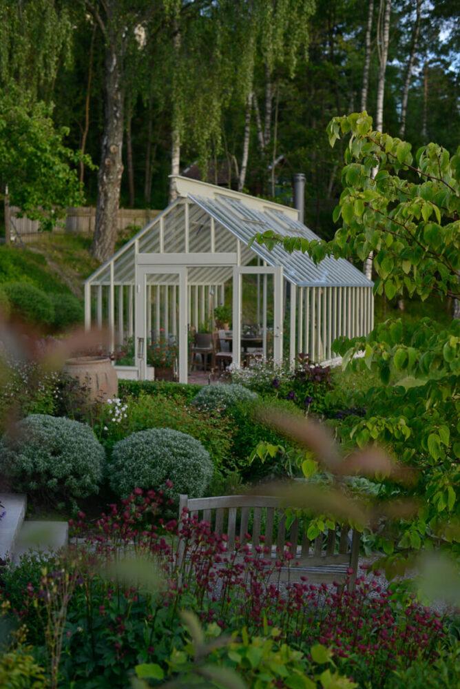 Victoria Skoglunds växthus med helglasdörr