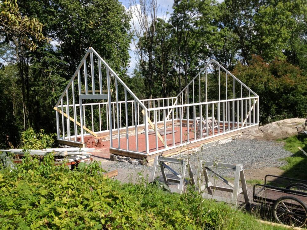 Ett vitt växthus bygge