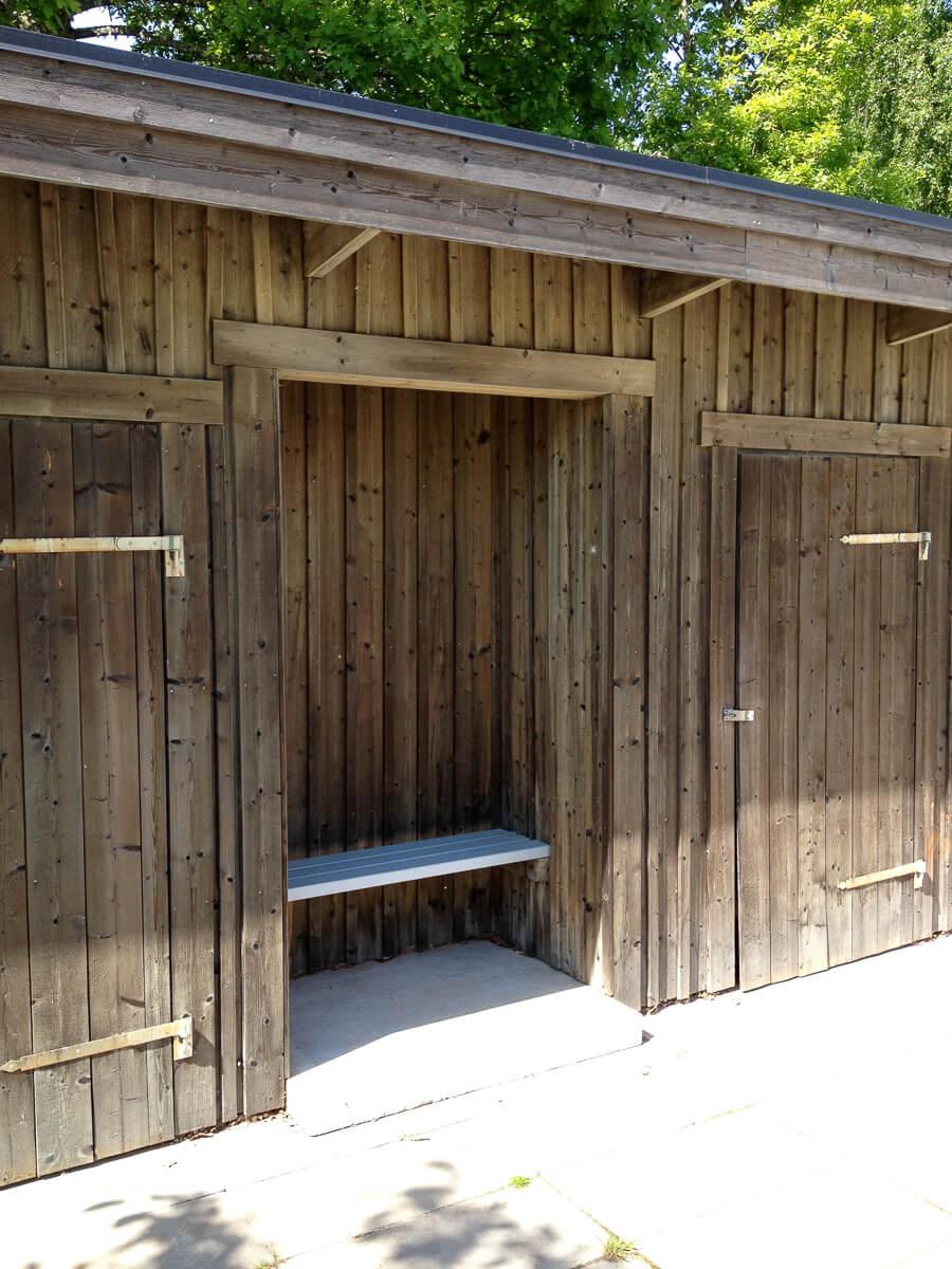 En bänk i ett trähus