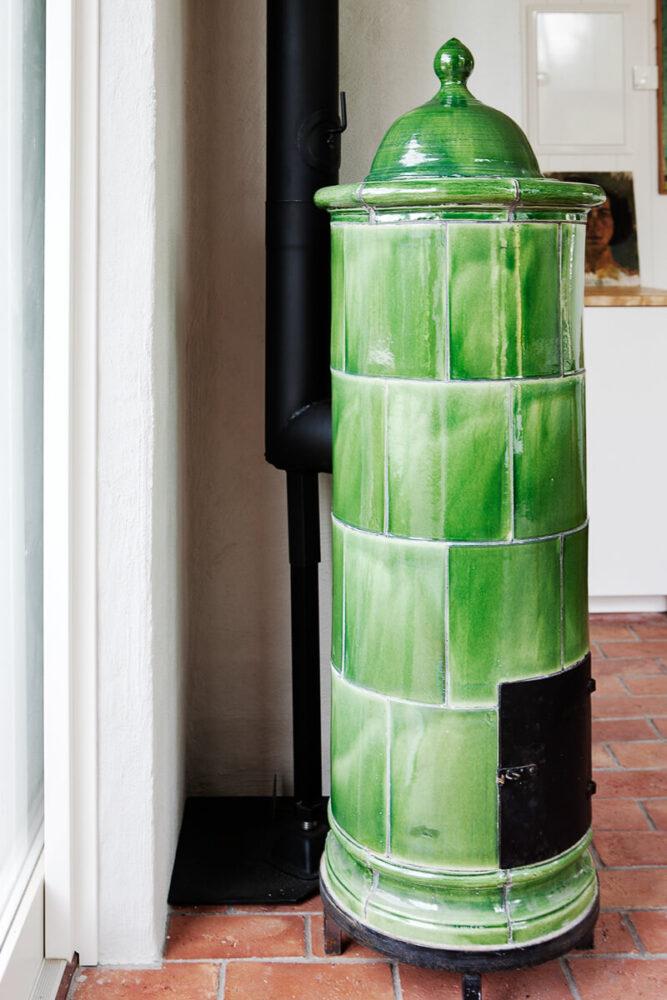 En grön kakel kamin