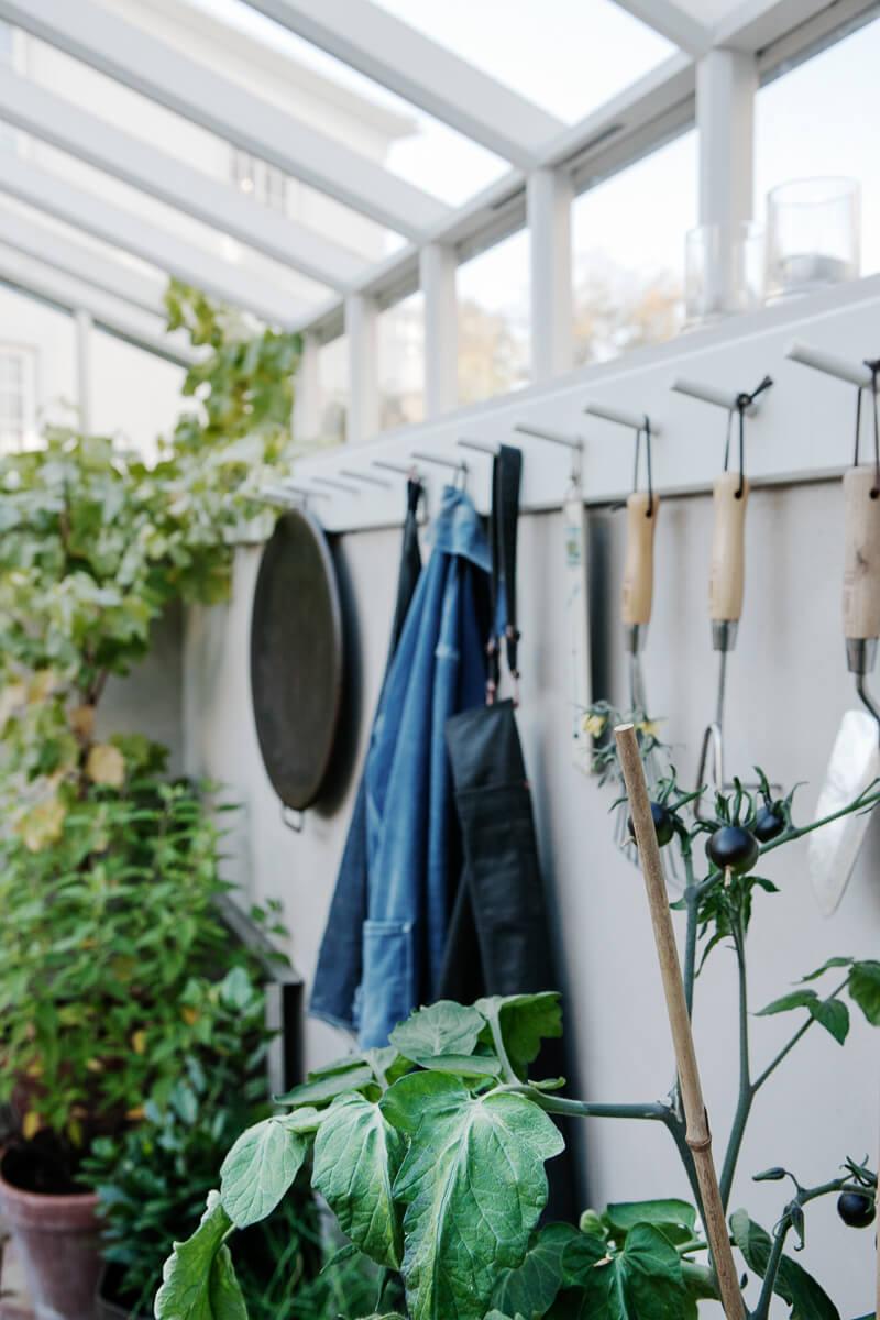 Krockar på växthusvägg med verktyg