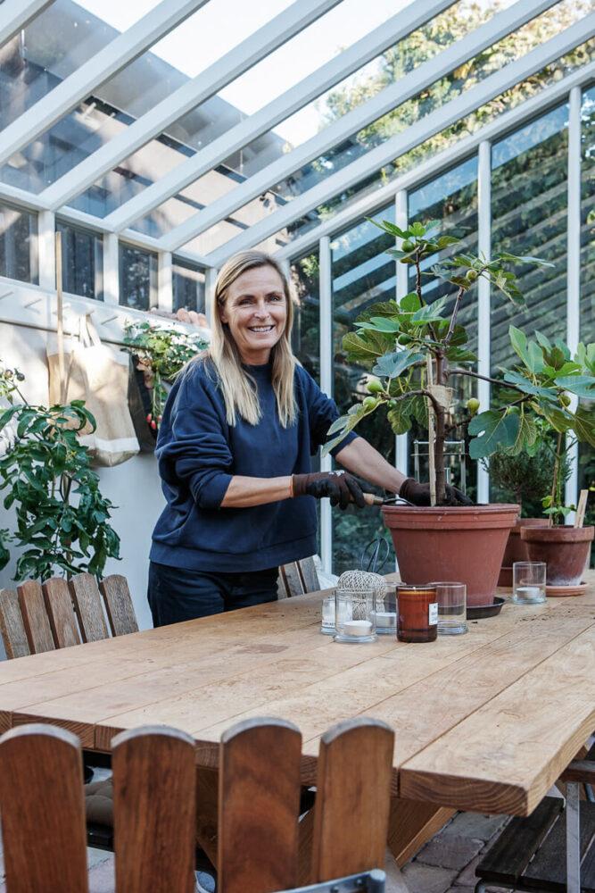 En kvinna odlar i växthuset