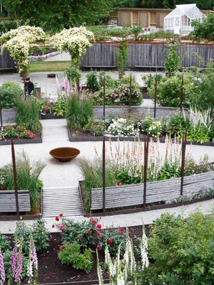 En stor trädgård med ett växthus