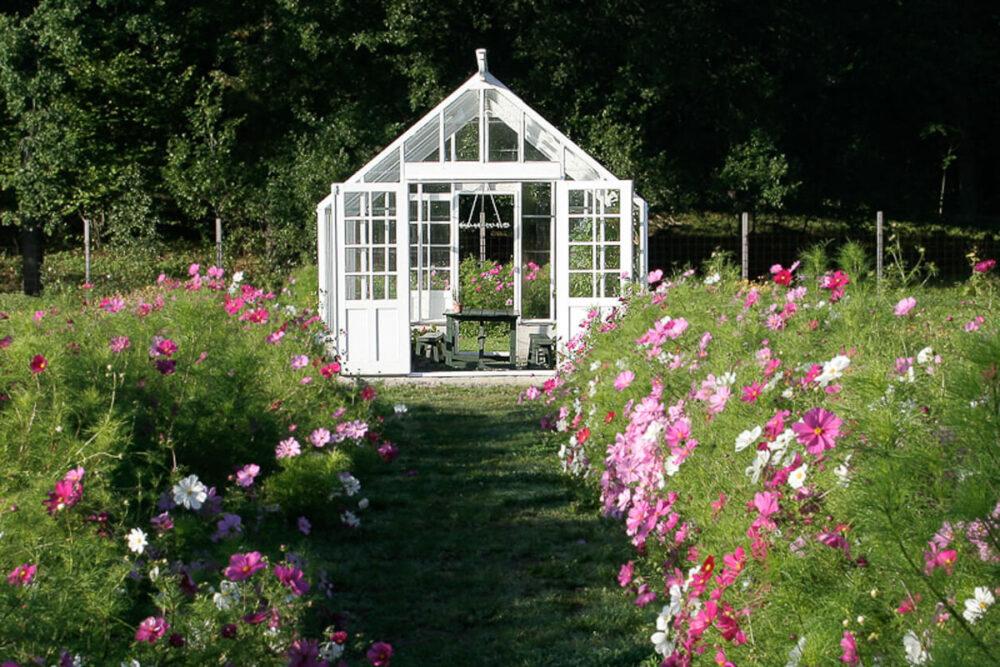 Vitt växthus bakom Rosenskäror
