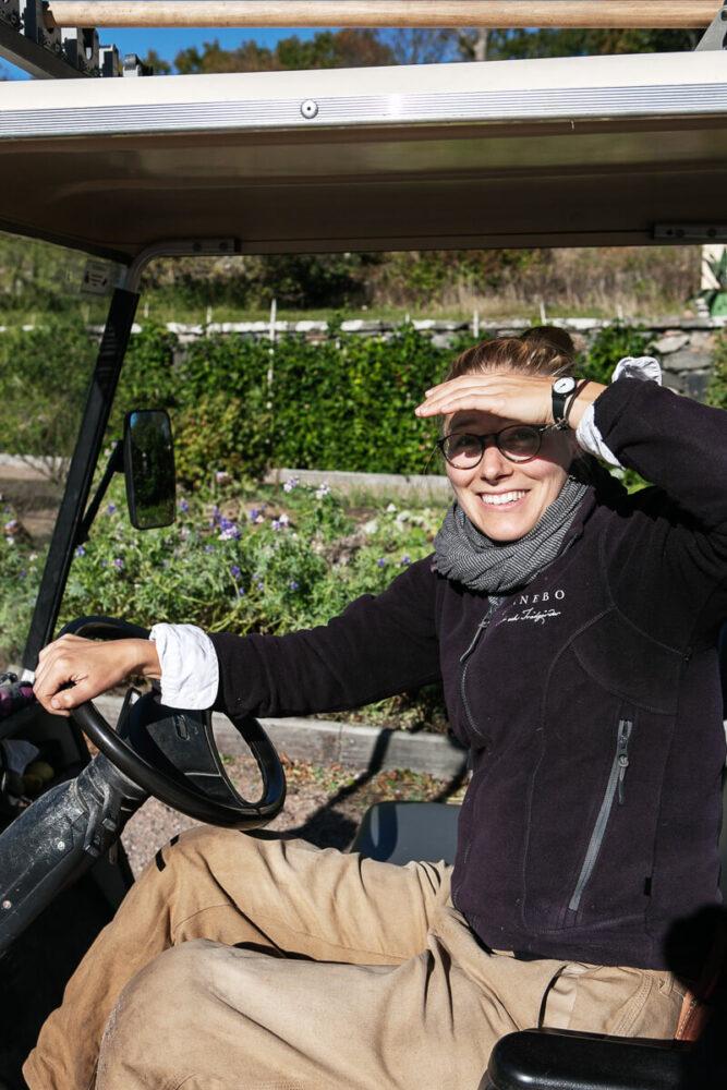 En kvinna i en golfbil