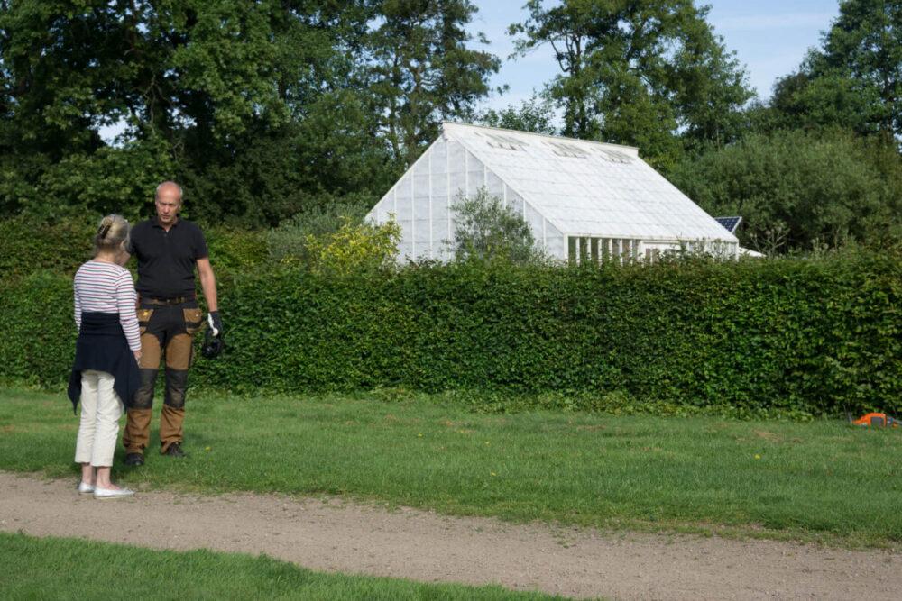 Två personer och ett vitt växthus