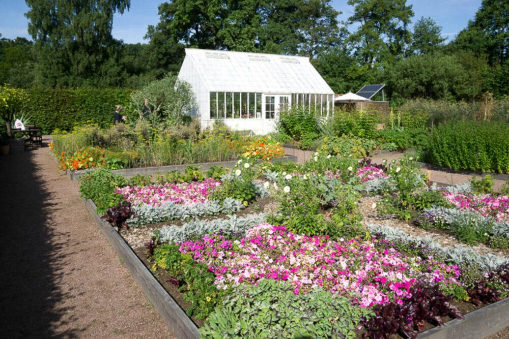 Det vita växthuset som vi byggt i trädgården som hör till Hovdala slott.