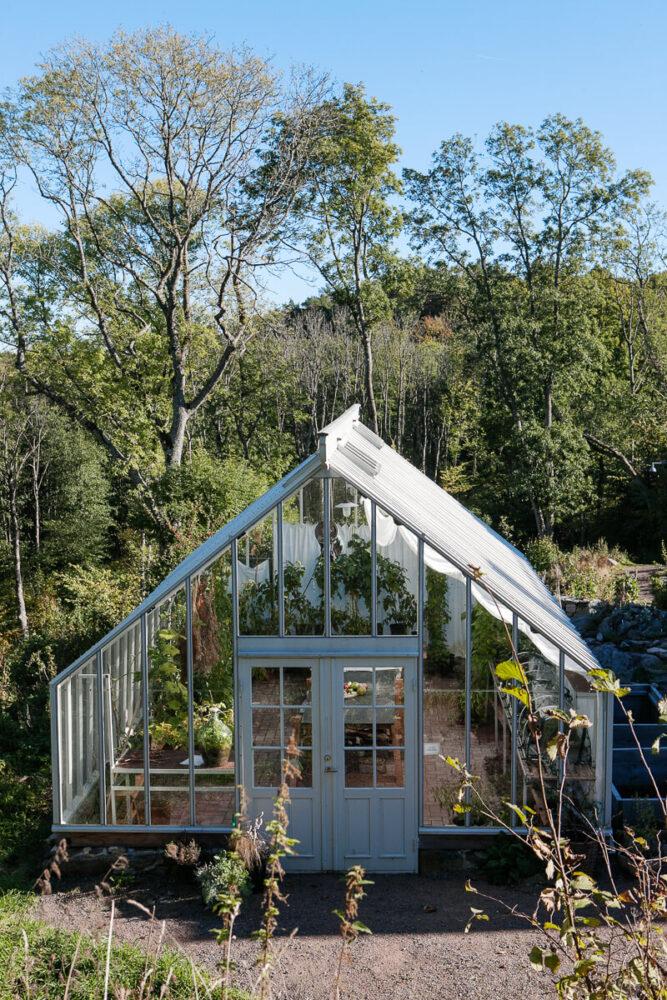 Ett stort växthus i gunnebo trädgård