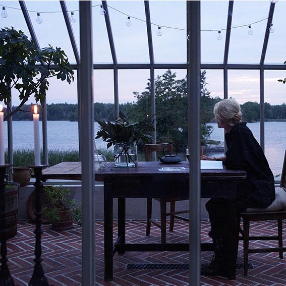 Voctoria Skoglund i växthuset