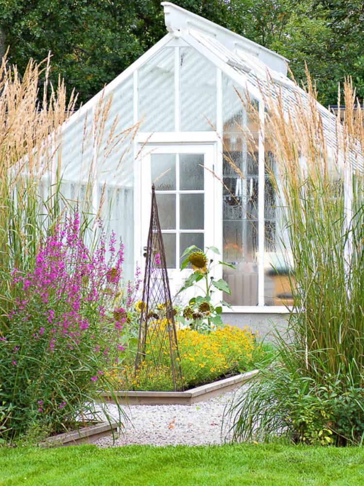 Ett vitt växthus på Wij trädgård