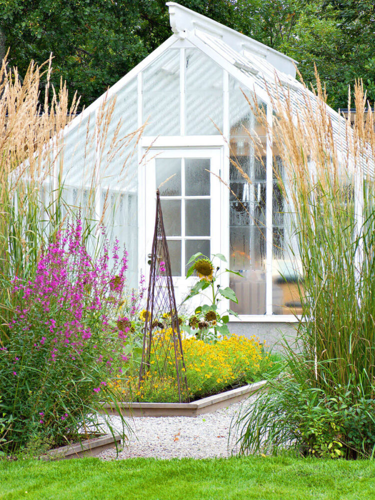 En singel spröjsad dörr på växthus gavel