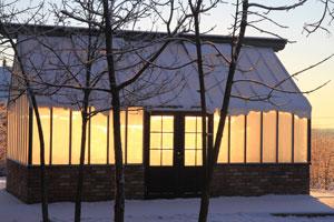 snötäckt växthus som är upplyst.