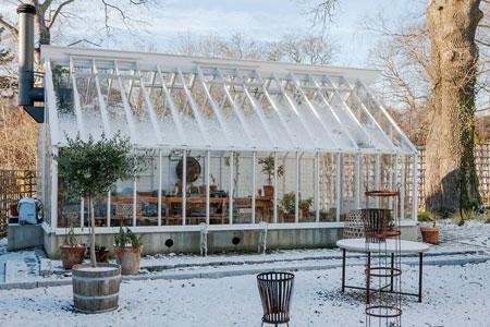 Växthuset i nacka under lätt snötäcke.