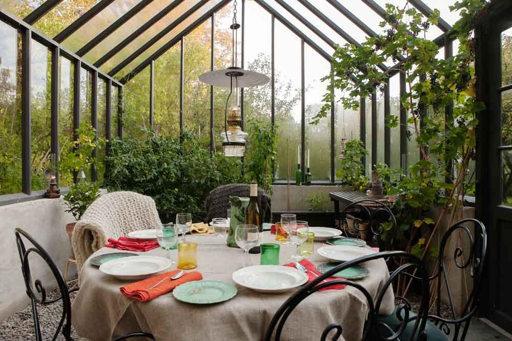dukat runt bord i växthus.
