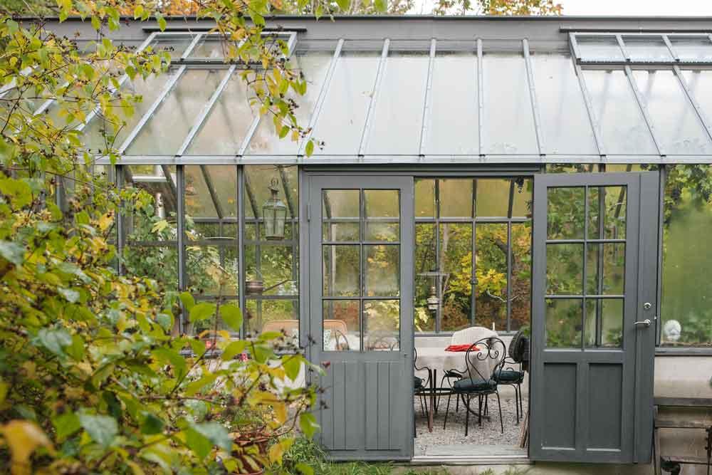 Det grå växthuset utifrån.