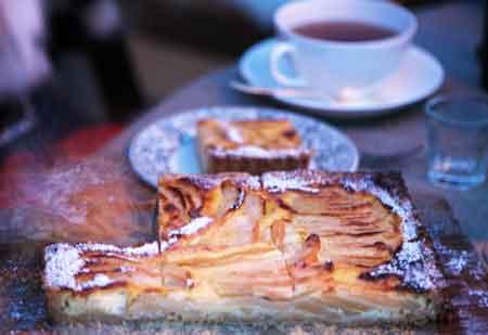 Päronkaka på fat och en kopp te