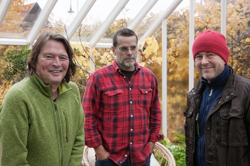 Tre män i vitt växthus.
