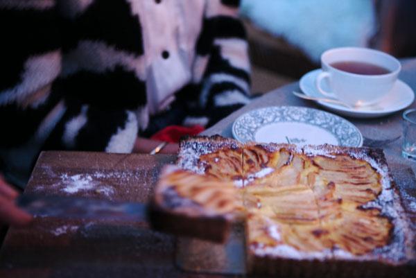 Päronkaka och en bit av den på tårtspade.
