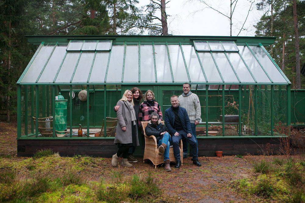 Tre kvinnor och tre män framför ett växthus med sadeltak.