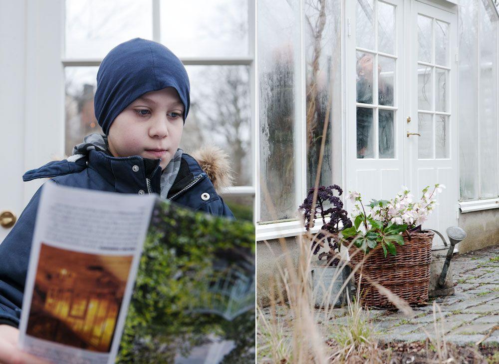 Pojke studerar växthusbroschyr.