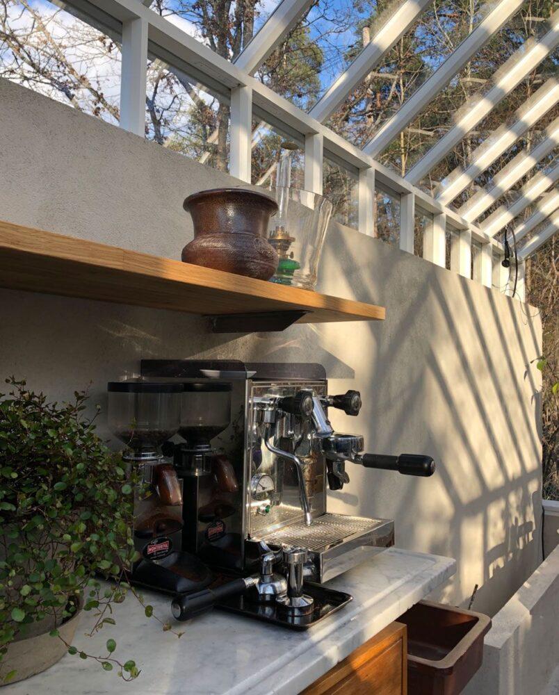 italiensk kaffemaskin i växthus.