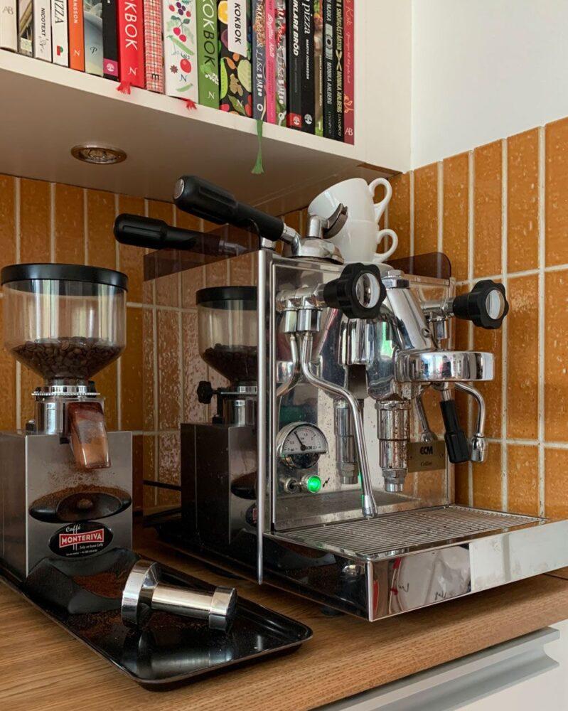 Italiensk kaffemaskin i kök.