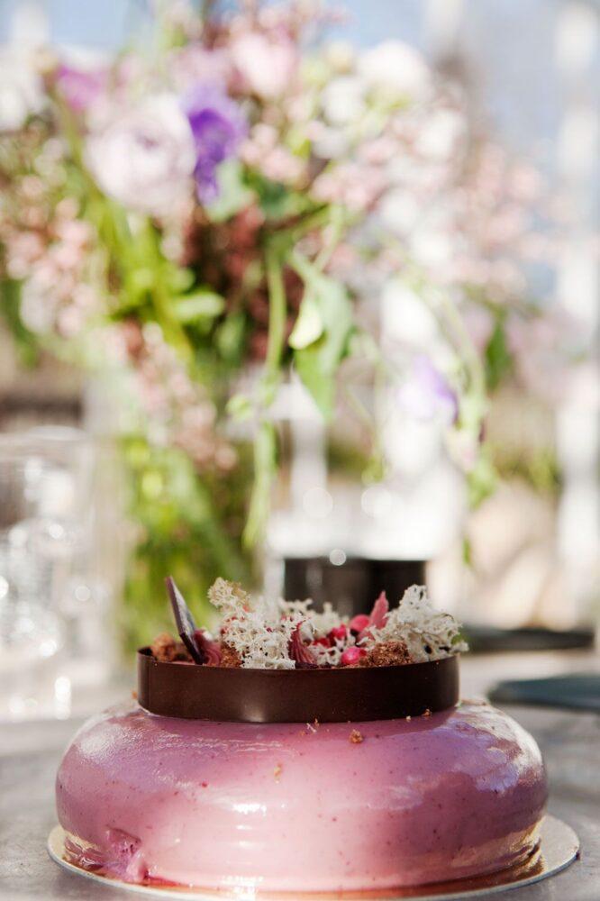 Lila moussetårta i växthus.