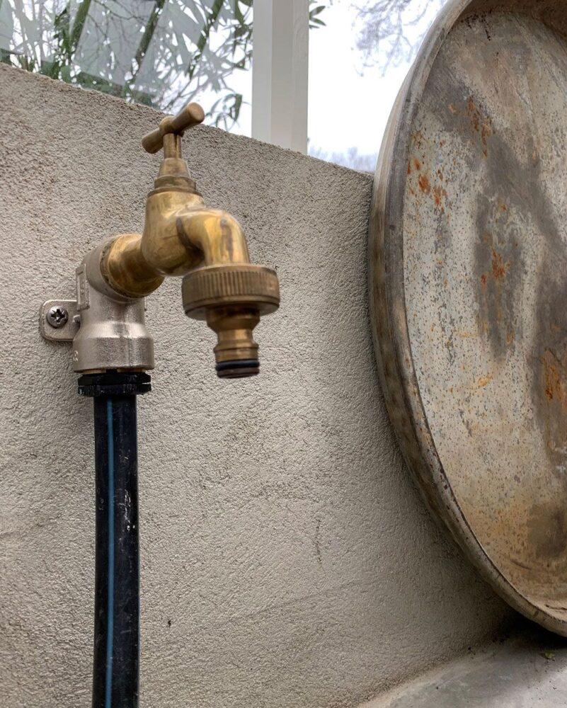 Vattenkran i växthus.