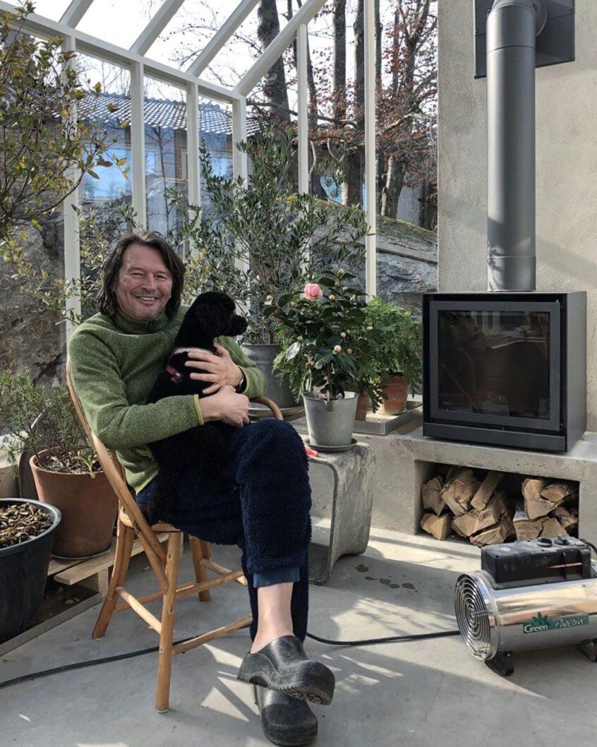 Man med hund i växthus.