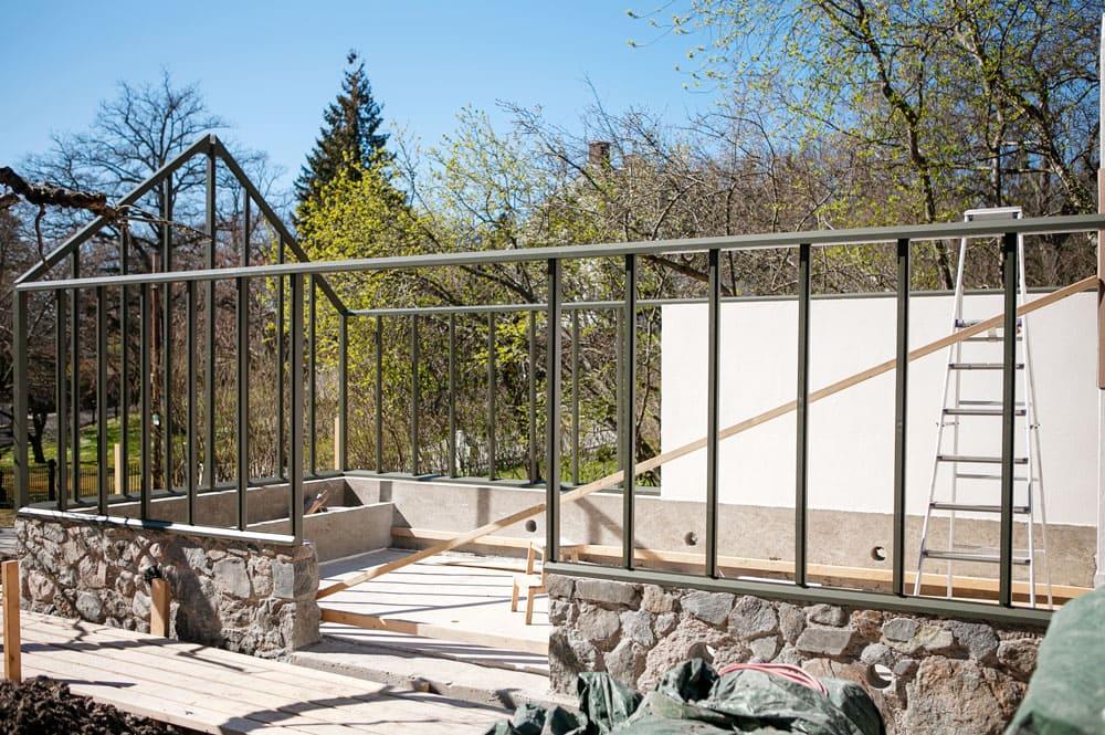 Ett växthus med sadeltak under byggnation.