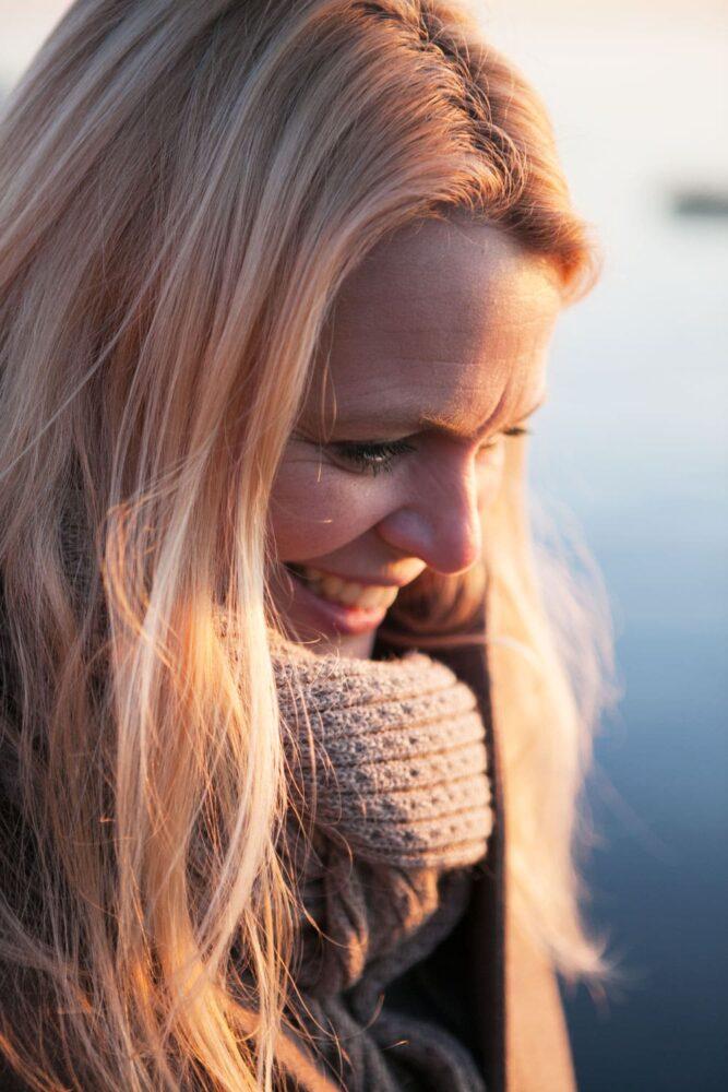 Närbild på kvinna vid havet.