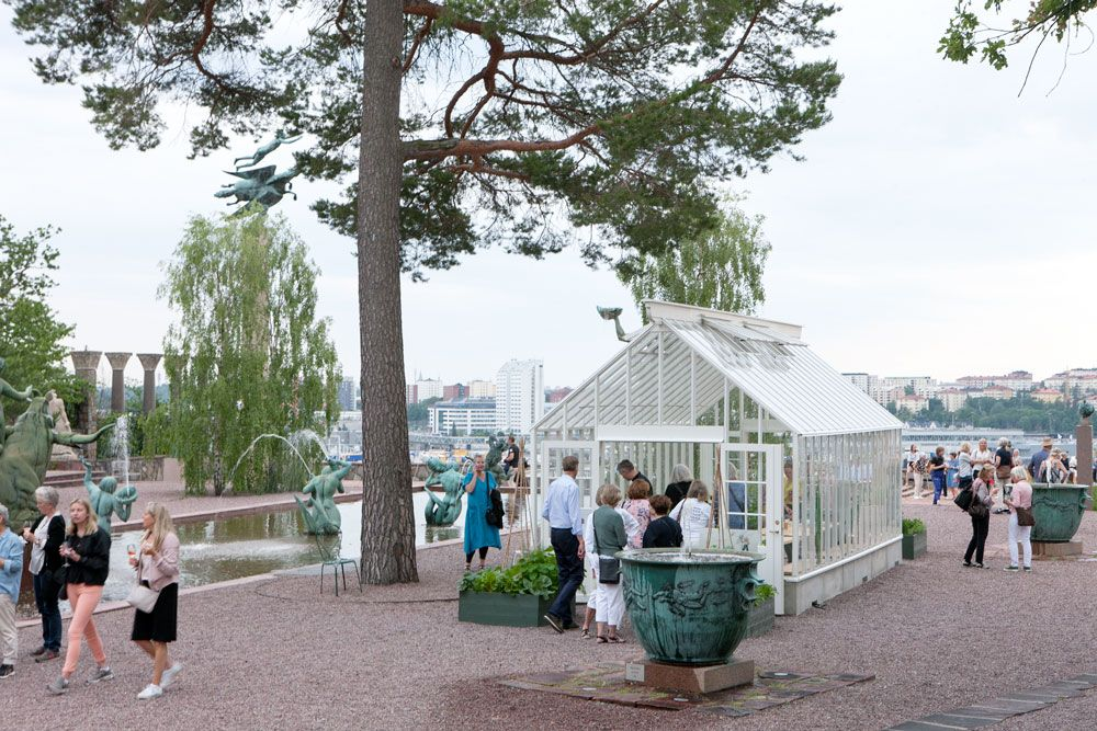 Människor runt ett växthus på Millesgården.