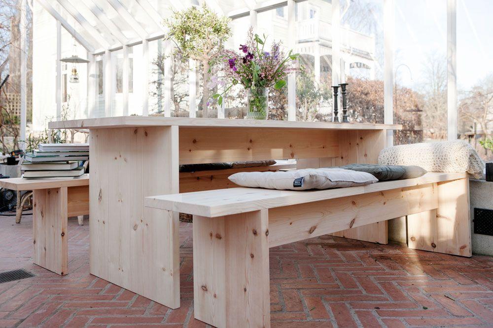 Furubord i modern stil i växthus.