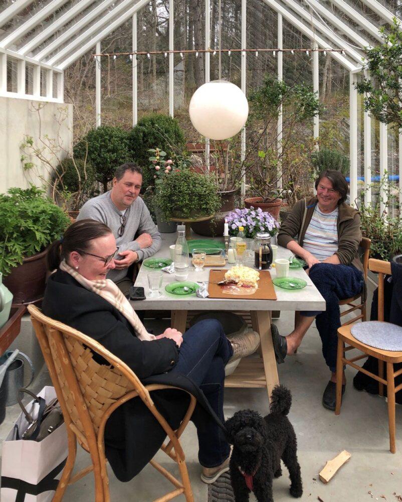 Grupp med människor runt ord i växthus.