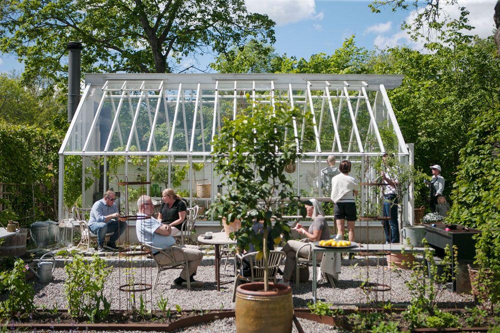 Människor framför växthus.