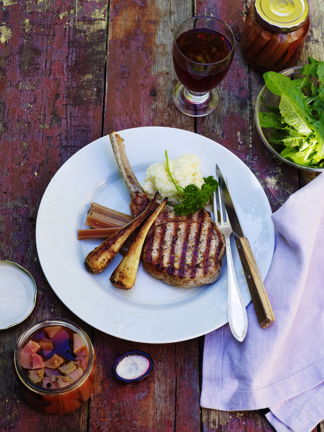 Kött och potatismos med ett glas röttvin serverad på bordet
