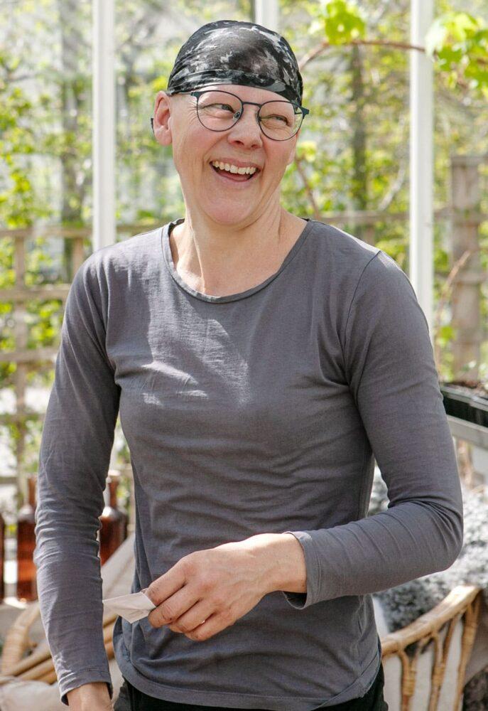 kvinna som skrattar i växthus.