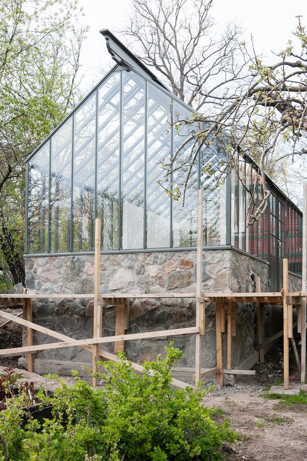 Hög granitgrund till växthuset