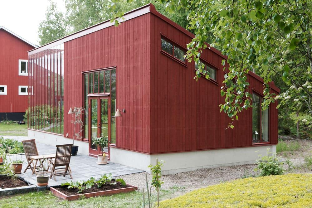 Rött växthus ihopbyggt med galleri.