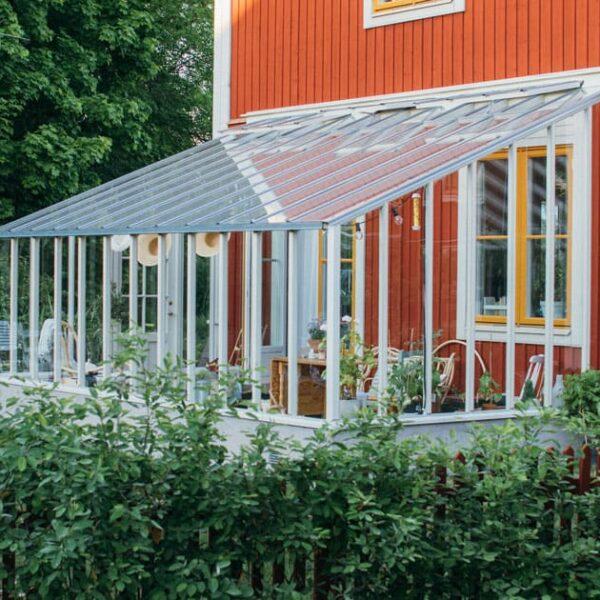 Ett vitt växthus med pulpettak.