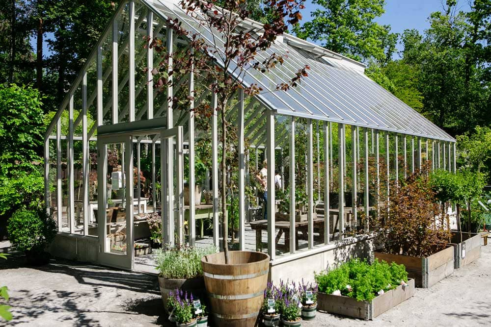 Stort grågrönt växthus.