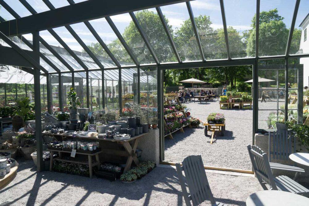 Ett stort växthus inifrån