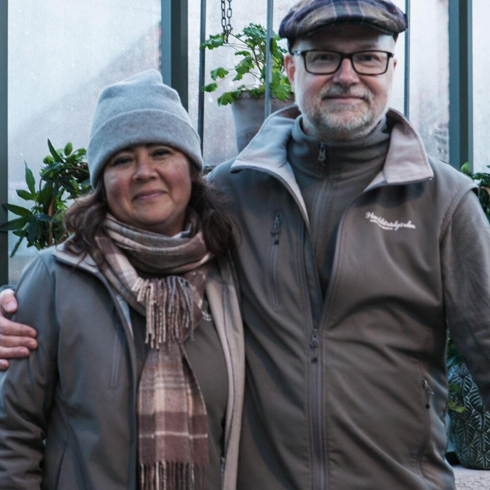 Man och kvinna i grönt växthus.