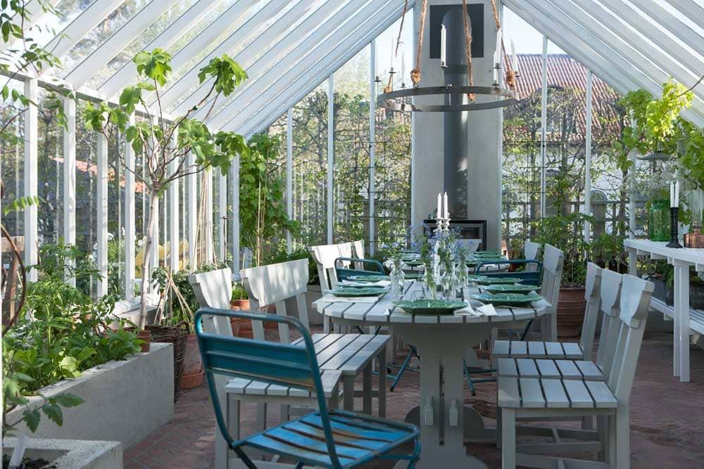 Bod dukat med gröna fat i växthus.