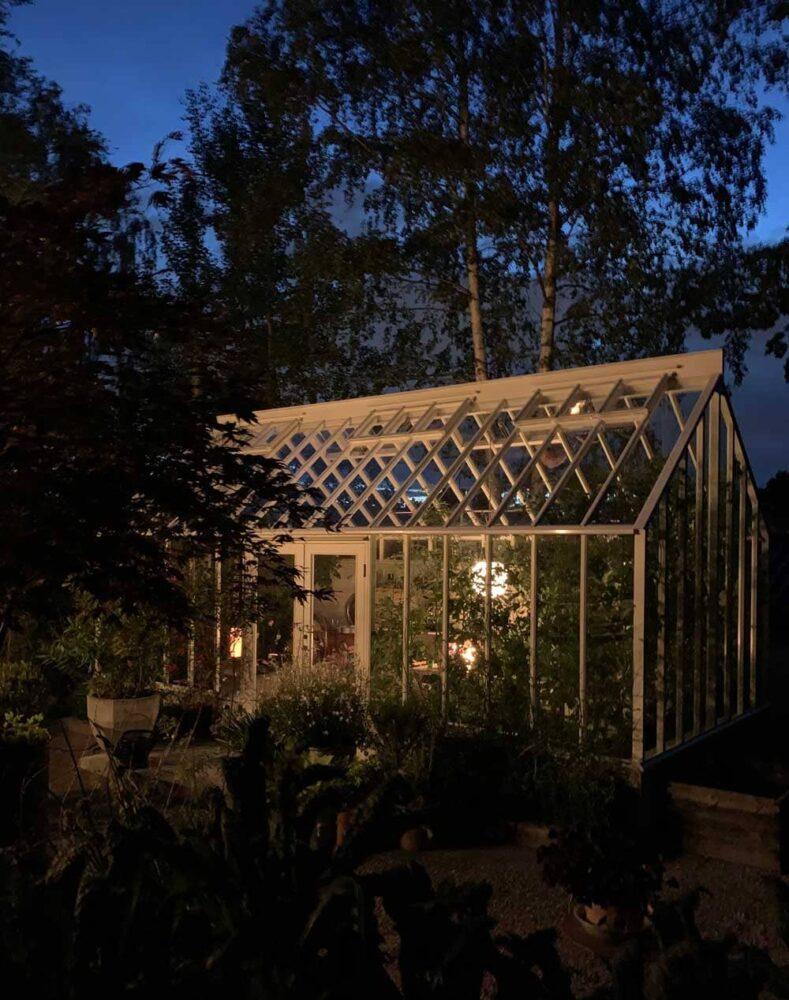 Växthus i den blå timmen.