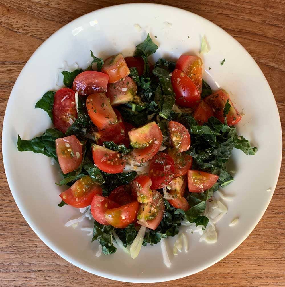 Vardagssallad med tomater, grön- och vitkål.