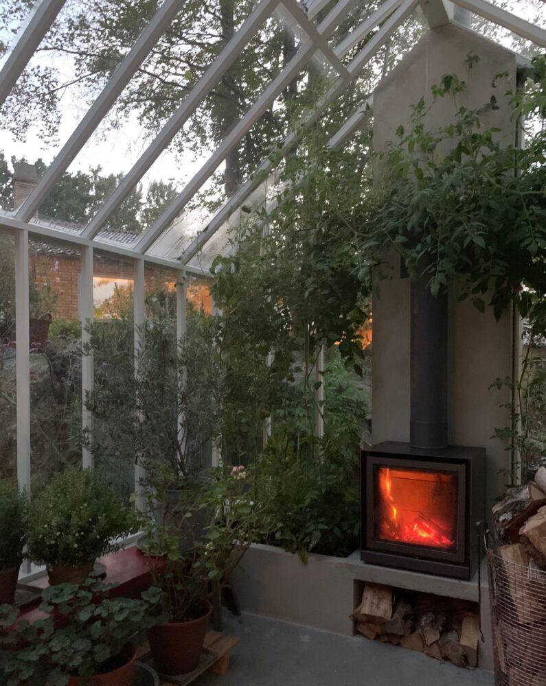 Tänd braskamin i växthus.