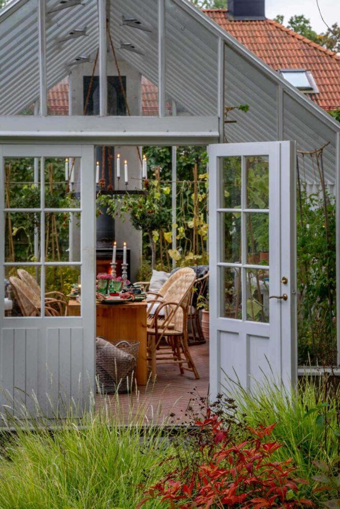 Öppen dörr in till fest i växthus.