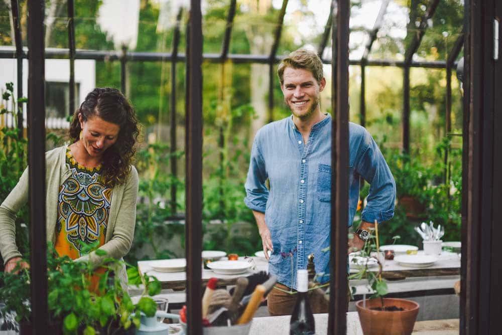 Man och kvinna i växthus.