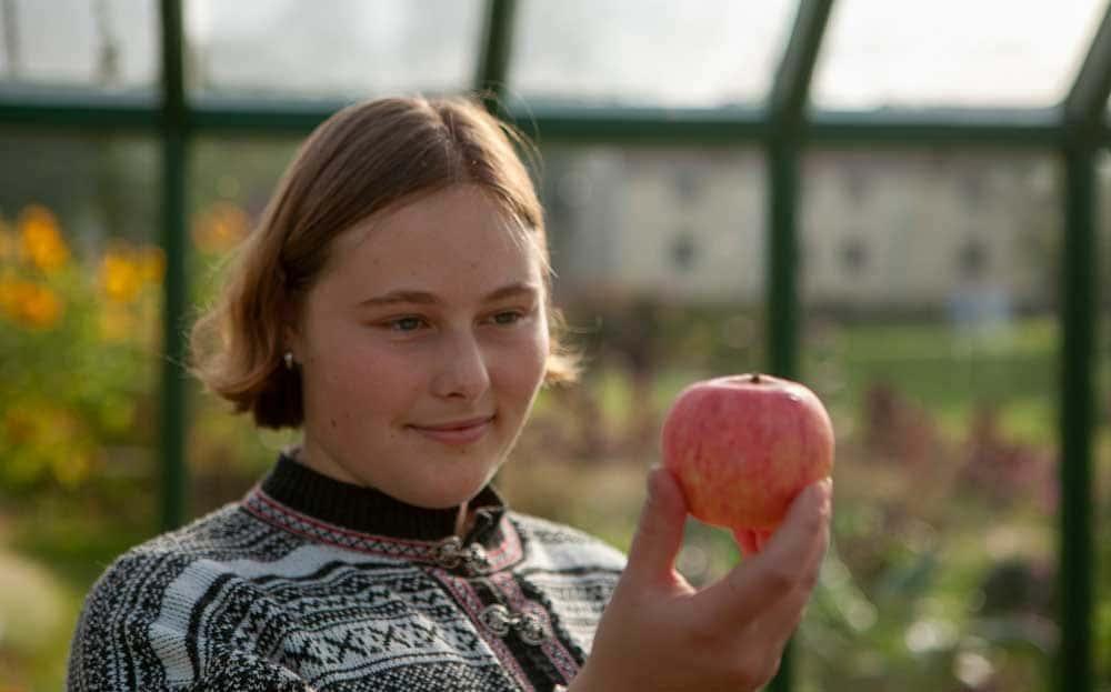 Kvinna tittar på ett äpple.